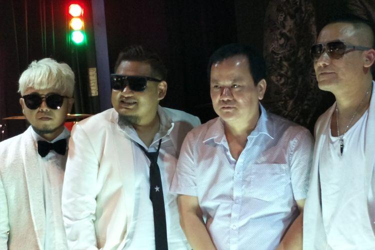 ST12 dan Rahayu Kertawiguna dari Nagaswara dalam jumpa pers peluncuran Kepingan Hati di Band Kafe, Kemayoran, Jakarta Pusat, Rabu (9/10/2019).
