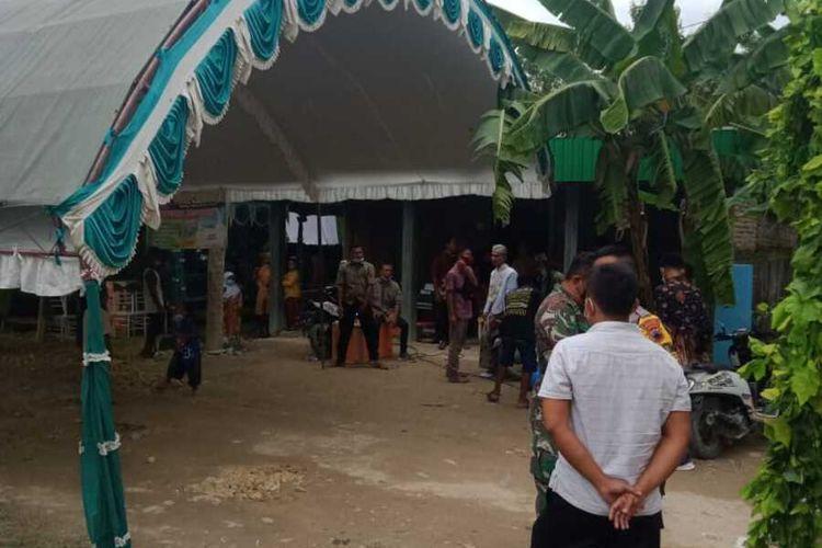 Petugas bubarkan hajatan pernikahan di Dusun Gluntungan, Desa Banjarsari, Kecamatan Kradenan, Grobogan, Senin (11/1/2021).