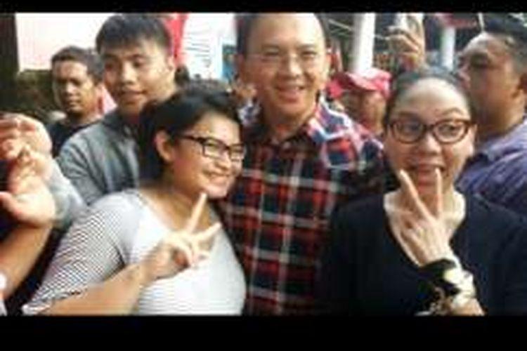 Stefany (kiri), warga Jalan Arabika Atas, Pondok Kopi, Duren Sawit, Jakarta Timur saat berfoto dengan calon gubernur DKI Jakarta Basuki Tjahaja Purnama alias Ahok dalam melakukan kunjungan kampanye ke kawasan tersebut, Kamis (17/11/2016). Stefany adalah wanita hamil yang lama ngidam ingin bertemu dengan Ahok.