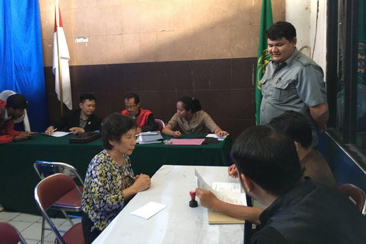Seorang warga Korea Selatan terjaring operasi yustisi di Kota Bekasi karena tidak membawa kartu identitas, di Terminal Induk Kota Bekasi, Senin (10/7/2017).