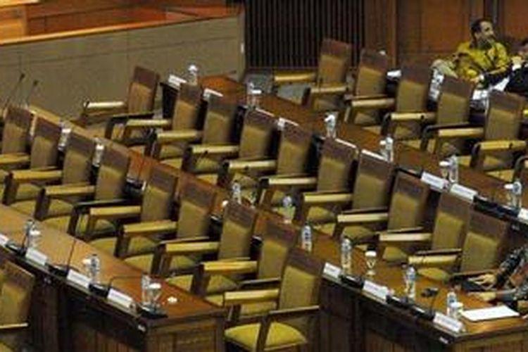 Deretan kursi kosong saat berlangsung sidang paripurna DPR dengan agenda pengesahan RAPBN 2013 di Gedung Parlemen, Jakarta, Selasa (23/10/2012). Dalam APBN 2013, pertumbuhan ekonomi disepakati 6,8 persen, laju inflasi 4,9 persen, dan nilai tukar rupiah Rp 9.300 per dollar AS.