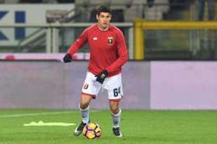 Pietro Pellegri membela Genoa saat melawan Torino pada partai lanjutan Serie A di Stadion Olimpico, Turin, Kamis (22/12/2016).