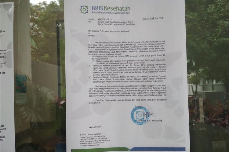 Pengumuman pemutusan kerja sama  BPJS Kesehatan KC Makassar dengan RSK Mata Masyarakat Makassar karena alasan akreditasi di pintu masuk rumah sakit tersebut di Jalan Wijaya Kusuma, Kecamatan Rappocini, kota Makassar, Selasa (2/7/2019).