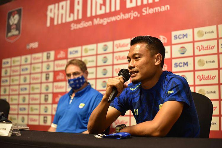 Gelandang Persib Bandung, Dedi Kusnandar, menyampaikan pandangannya terkait laga melawan Persiraja Banda Aceh dalam sesi konferensi pers di Sleman, Kamis (01/04/2021).