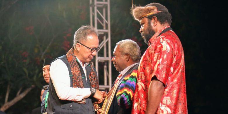 Menteri Sosial (Mensos) Agus Gumiwang Kartasasmita menyerahkan penghargaan perdamaian kepada dua warga Papua, Yason Yikwa (52) dan Titus Kogoya (45) pada puncak acara Dasawarsa TKSK di Pelataran Candi Prambanan Yogyakarta, Rabu (16/10/2019).