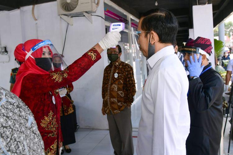 Presiden Joko Widodo berkunjung ke Pasar Tradisional Kecamatan Rogojampi, di Banyuwangi, Kamis (25/6/2020).