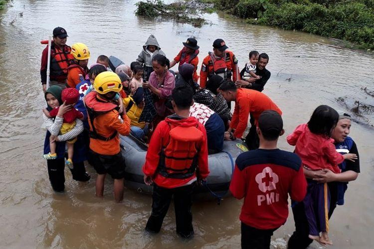 Personel Basarnas Kendari mengevakuasi korban banjir bandang di wilayah terisolir yang terjebak di atap rumahnya di Desa Tanggawuna, Konawe, Sulawesi Tenggara, Minggu (9/6/2019). Akibat banjir bandang Sungai Konaweha sebanyak 38 desa dan 6 kelurahan di Kabupaten Konawe terendam banjir dengan data sementara dari pihak BPBD Konawe sebanyak 1.097 unit rumah terendam sedangkan pengungsi sebanyak 4.291 jiwa, sedangkan jalan trans Sulawesi yang menghubungkan Sulawesi Tenggara-Sulawesi Selatan putus akibat jembatan penghubung ambruk sekitar pukul 18.00 Wita.