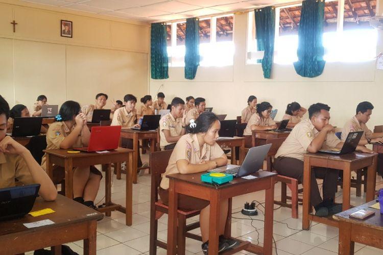 Pengaplikasian Ujian Akhir Semester berbasis komputer di SMA Slamet Riyadi Jakarta dengan dukungan teknologi edukasi Quipper School.