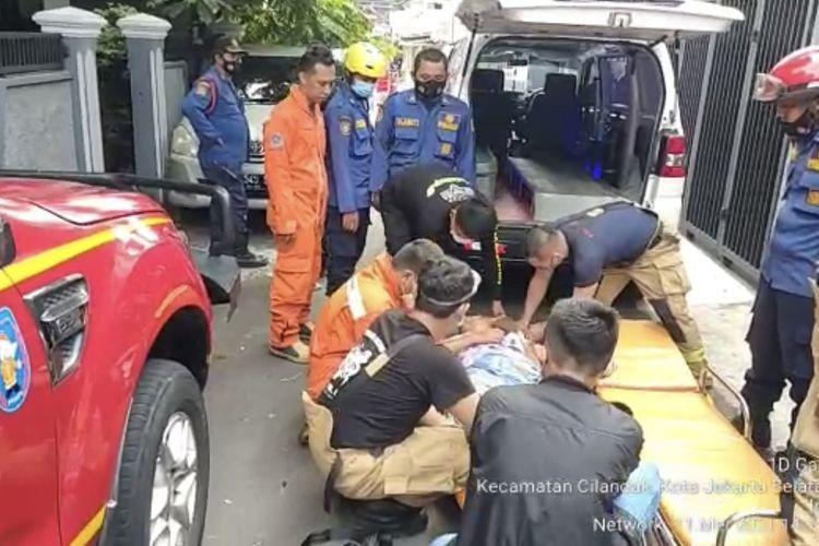 Petugas pemadam kebakaran menyelamatkan seorang ibu bernama Rhut (59) yang terkena stroke. Rhut  terkena stroke rumah di Jala Ros, Cipete Selatan, Cilandak, Jakarta Selatan, Selasa (11/5/2021) siang.