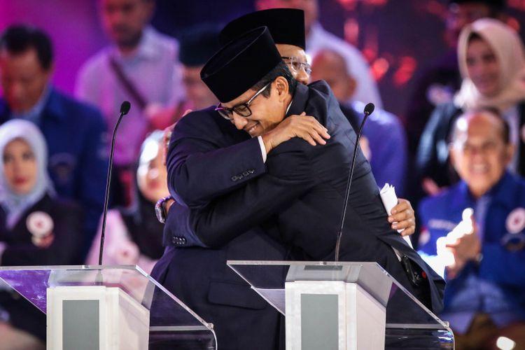 Pasangan calon presiden dan wakil presiden nomor urut 2, Prabowo Subianto dan Sandiaga Uno berpelukan setelah debat pilpres pertama di Hotel Bidakara, Jakarta Selatan, Kamis (17/1/2019). Tema debat pilpres pertama yaitu mengangkat isu Hukum, HAM, Korupsi, dan Terorisme.