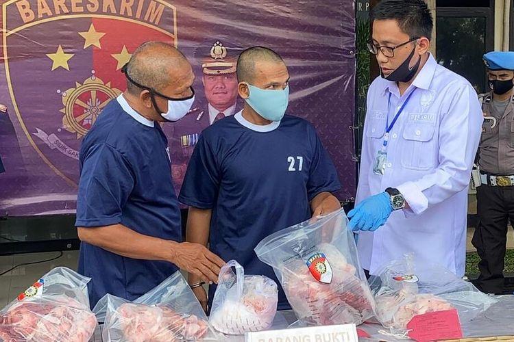 Anggota kepolisian tengah memperlihatkan barang bukti daging babi yang dijual sebagai daging sapi di wilayah Kabupaten Bandung.