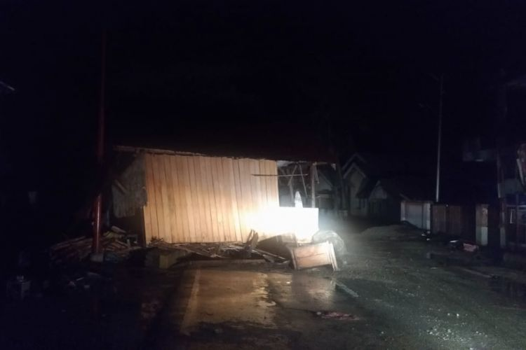 Rumah tereseret ke tengah jalan raya di daerah Donggala, Sulawesi Tengah.