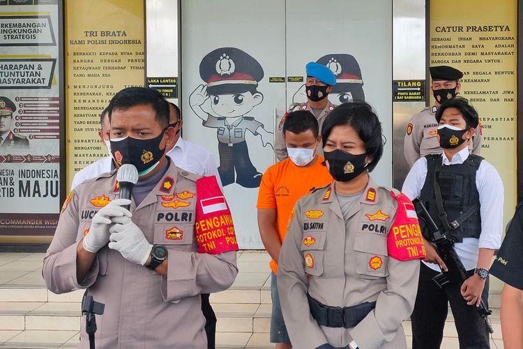 Wakapolres Tangerang Selatan Kompol Stephanus Luckyto (kiri) bersama Kapolres Pondok Aren AKP Riza Sativa (tengah) saat konferensi pers di Mapolres Tangerang Selatan, Senin (19/10/2020)