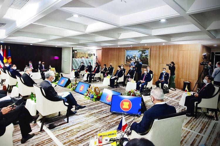 Dalam foto yang dirilis Istana Kepresidenan Indonesia ini, Panglima Tertinggi Myanmar Jenderal Min Aung Hlaing (paling kanan), dan para pemimpin ASEAN bertemu dalam pertemuan mereka di Sekretariat ASEAN di Jakarta, Indonesia, Sabtu (24/4/2021).