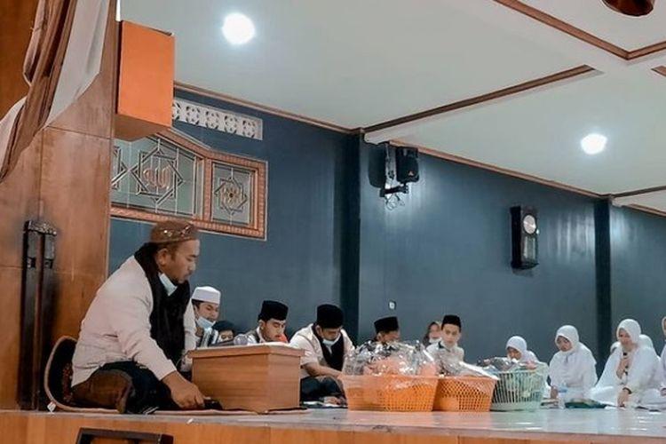 Pimpinan Pesantren Al-Ittifaq, Dandan M Falah bersama santri melakukan kegiatan rutin di pesantren.