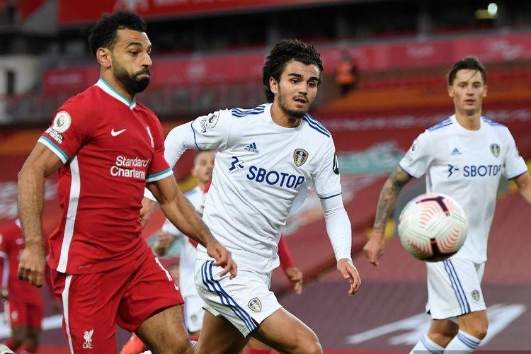 Penyerang Liverpool, Mohamed Salah, berduel dengan bek Leeds United, Pascal Struijk, pada laga Liga Inggris 2020-2021 di Stadion Anfield, Sabtu (12/9/2020).