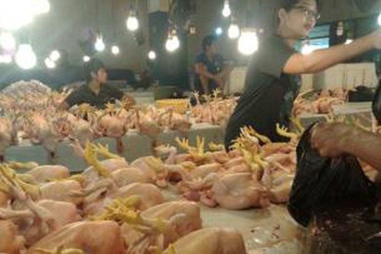 Hari pertama puasa, pedagang ayam potong di pasar tradisional Kendari menunrunkan harga. Karena sepi pembeli, setelah H-1 Ramadhan permintaan konsumen meningkat.