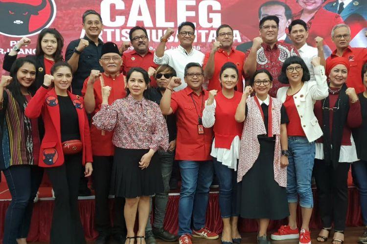 Sekjen PDI-P Hasto Kristiyanto memberikan pembekalan kepada para caleg artis yang akan diusung dalam Pemilu 2019, di Kantor DPP PDI-P, Jakarta, Senin (30/7/2018).