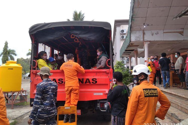 Foto : Tim Sar Gabungan mengevakuasi warga di desa-desa yang ada di Kecamatan Ile Ape Timur, Kabupaten Lembata, NTT, Kamis (3/12/2020).