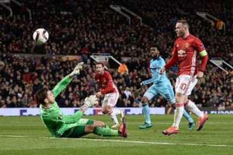 Kiper Feyenoord, Brad Jones, tak kuasa menahan tembakan kapten Manchester United, Wayne Rooney, pada pertandingan Liga Europa di Old Trafford, Kamis (24/11/2016).