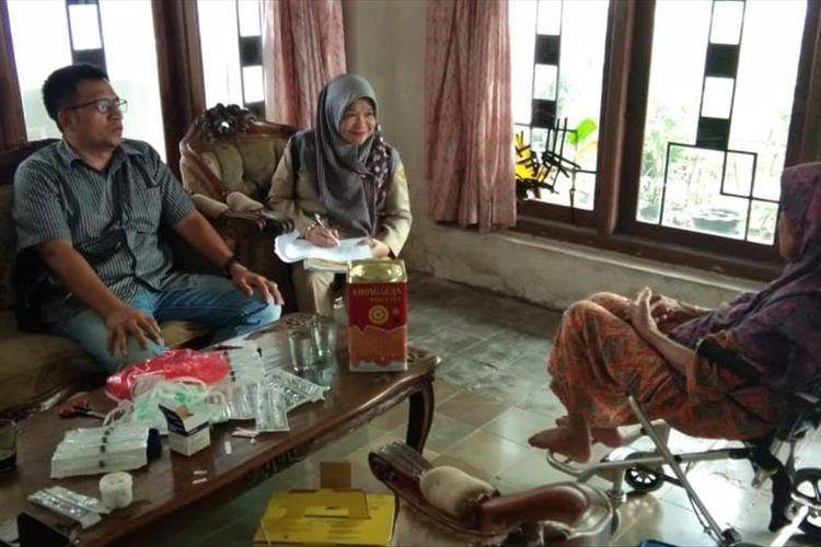 Dinas Kesehatan Kabupaten Bogor mengambil sample darah penderita penyakit chikungunya, di Desa Pasarean, Kecamatan Pamijahan, Kabupaten Bogor, Selasa (9/7/2019).