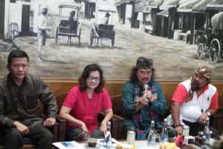 Konferensi pers Parade Bhinneka Tunggal Ika dihadiri oleh Nong Darol Mahmada, Gus Nuril, dan Pendeta Amos Sugianto, di Bakoel Koffie Cikini, Jakarta Pusat, Kamis (17/11/2016).