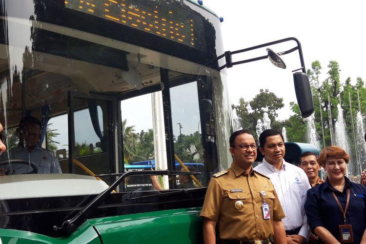 Gubernur DKI Jakarta Anies Baswedan di depan bus listrik, Senin (29/4/2019)