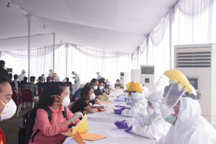 Sebanyak 123 Warga Negara Indoensia (WNI) Anak Buah Kapal (ABK) Kapal Quantum of the Sea dan Kapal MV Wind Spiritlangsung menjalani test swab usai dievakuasi ke dermaga Tanjung Priok, Jakarta Utara, Jumat (8/5/2020).