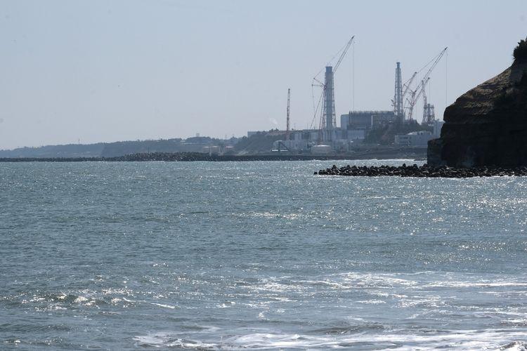 Foto tertanggal 10 Maret 2021 di pantai kota Futaba, prefektur Fukushima, memperlihatkan PLTN Fukushima Daiichi yang dioperasikan Tokyo Electric Power Company Holdings (TEPCO).