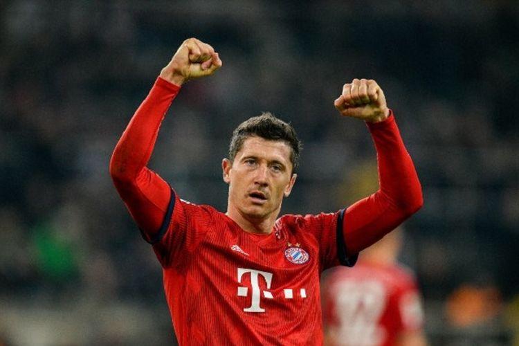 Penyerang Bayern Muenchen, Robert Lewandowski, melakukan selebrasi usai mencetak gol ke gawang Borussia Moenchengladbach pada lanjutan laga Bundesliga di Moenchengladbach, Jerman, Sabtu (2/3/2019).