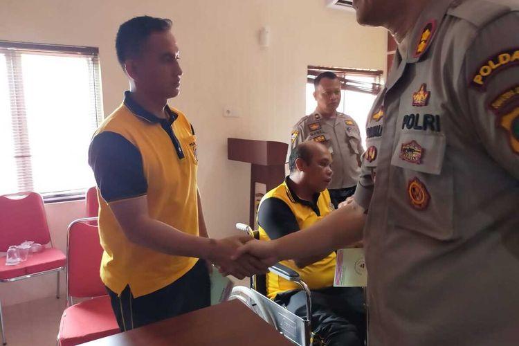 Salah satu personel Polres Tapanuli Utara yang mengalami luka akibat bentrok, sudah membaik dan hadir pada mediasi yang dipimpin Danrem 023/Kawal Samudera di Mapolres Tapanuli Utara, Jumat (28/2/2020).