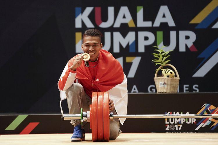 Lifter Indonesia Deni memperlihatkan medali emas ketika penganugerahan medali angkat besi putra nomor 59 kg SEA Games XXIX Kuala Lumpur di MITEC, Kuala Lumpur, Malaysia, Selasa (29/8/2017). Deni berhasil meraih medali emas dengan total angkatan 312 kg.