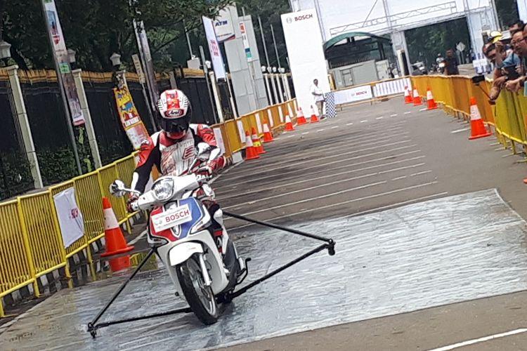 Bosch Indonesia demonstrasikan pentingnya penggunaan ABS pada sepeda motor.