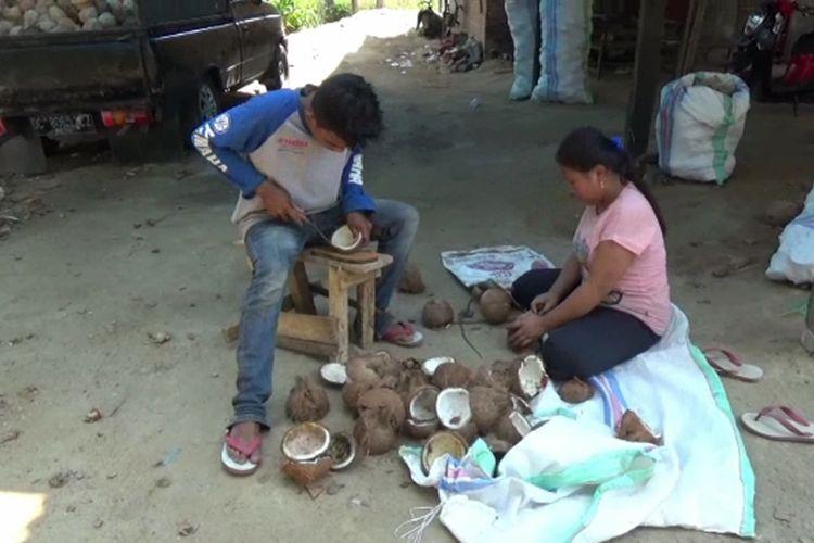 Sarifuddin dan Anita, orangtua bayi 14 bulan yang habiskan 5 gelas kopi tubruk sehari, mengaku tak mampu beli susu karena hanya berprofesi sebagai buruh kupas kopra di Polewali Mandar, Sulbar.