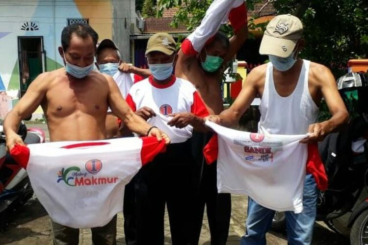 Sejumlah kader PDI-P melepas baju kampanye Paslon yang diusung partainya sebagai tanda penatikan dukungan di Ngajum, Kabupaten Malang, Jumat (4/12/2020).