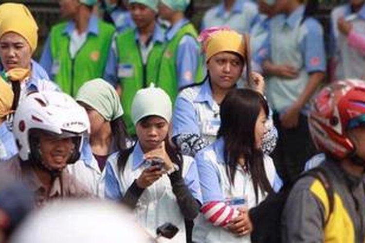 Ilustrasi. Buruh aksi damai berkeliling Kawasan Industri MM 2100 di Cibitung, Bekasi, Jawa Barat, Rabu (3/10/2012). Ribuan buruh menuntut dihapuskannya outsourcing, menolak upah buruh murah dan jalankan jaminan kesehatan.