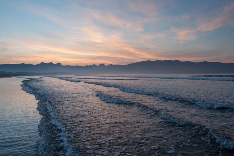 Matahari terbenam di Pantai Teleng Ria di Kabupaten Pacitan.