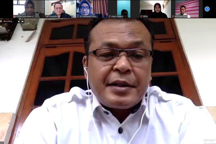 Kepala Lembaga Administrasi Negara (LAN) Kepala LAN Adi Suryanto memantau kondisi dan kinerja pegawainya melalui video conference.