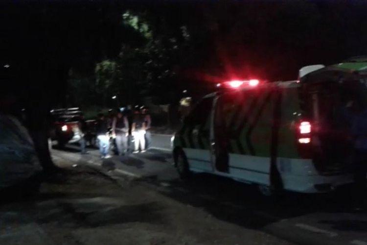 Petugas medis mengevakuasi enam orang korban tabrak lari di kawasan Kanal Banjir Timur Jalan Basuki Rahmat, Jakarta Timur, Minggu (7/6/2020) dini hari.