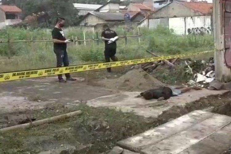 Seorang pria tergeletak di lahan kosong Jalan Joglo Raya, Kembangan, Jakarta Barat. Pria itu nekat berusaha mengakhiri hidupnya beruntung nyawanya masih tertolong