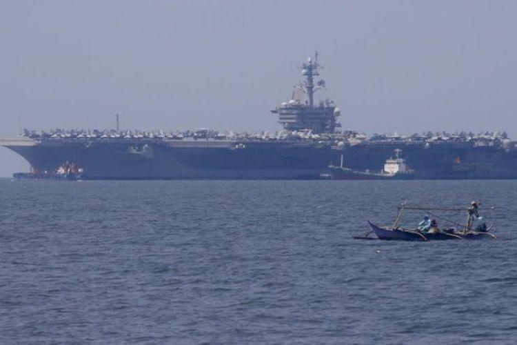 Kapal induk AS, USS Carl Vinson didampingi kapal penjelajah dan kapal penghancur terlihat di wilayah perairan Vietnam, Senin (5/3/2018).