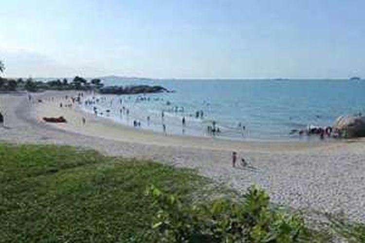 Lengkungan Pantai Rambak yang memesona di Kabupaten Bangka, Kepulauan Bangka Belitung.