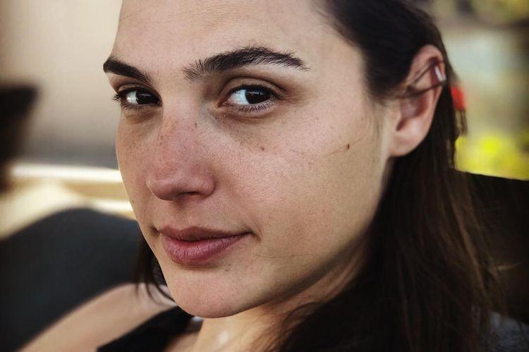 Aktris Gal Gadot dengan wajah tanpa makeup.