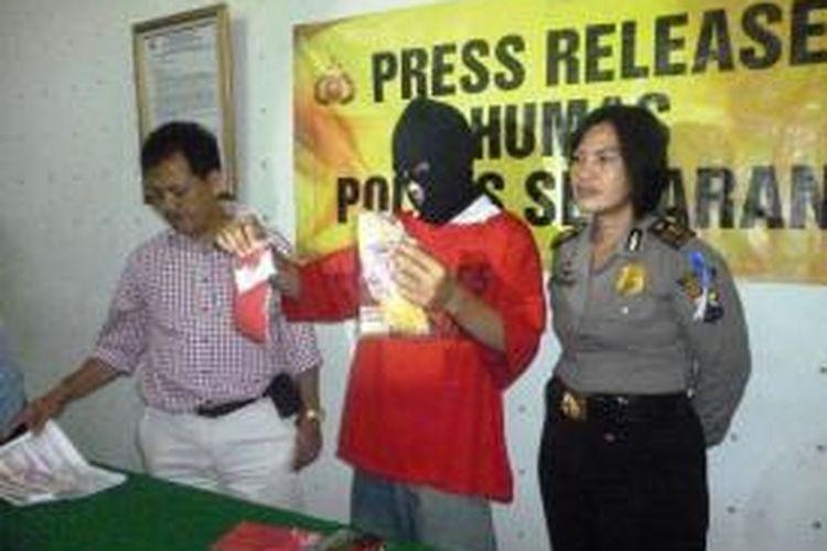 Siswanto alias Bolot (32), kurir sabu yang ditangkap Satuan Reserse Narkoba Polres Semarang, diperlihatkan kepada media di Polres Semarang, Jawa Tengah, Rabu (21/5/2014). Dalam tiga bulan terakhir, Bolot telah mengirim sabu ke Kota Semarang sedikitnya 225 gram.