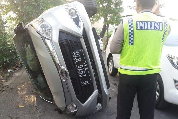 Mobil sampai terguling, karena sandal tersangkut di pedal gas.