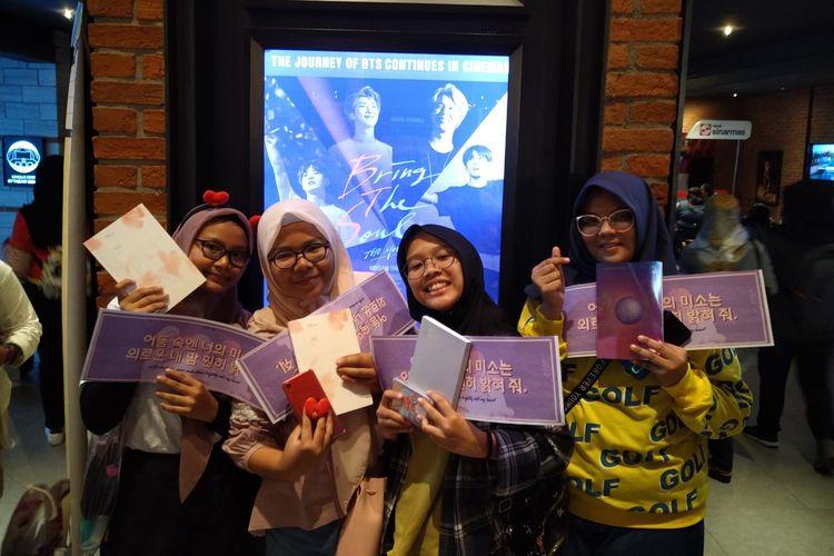 Para penggemar boyband kpop BTS, ARMY, yang datang menonton film BTS: Bring The Soul di Grand Indonesia, Jakarta Pusat, Rabu (7/8/2019).
