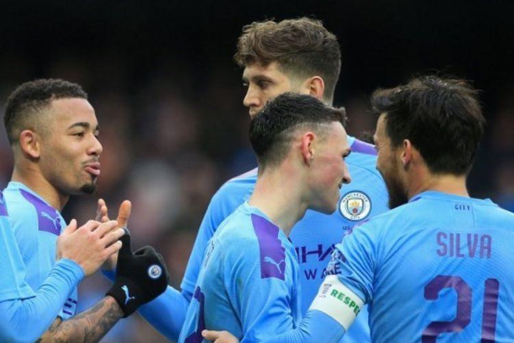 Para pemain Manchester City merayakan gol kedua Gabriel Jesus ke gawang Fulham pada laga putaran keempat Piala FA di Stadion Etihad, Minggu (26/1/2020).