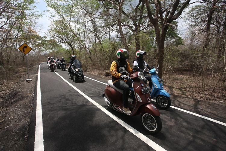 Rombongan turing 50 tahun Vespa Primavera - Iconic Ride, PT Piaggio Indonesia memasuki kawasan hutan Baluran, Jawa Timur.