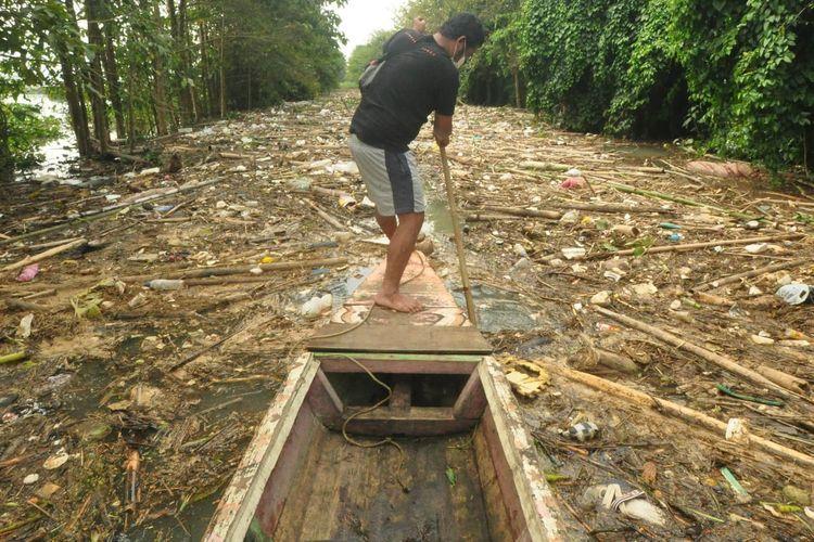 Sampah di Kali Panjang dikhawatirkan meracuni ikan di Rawa Pening