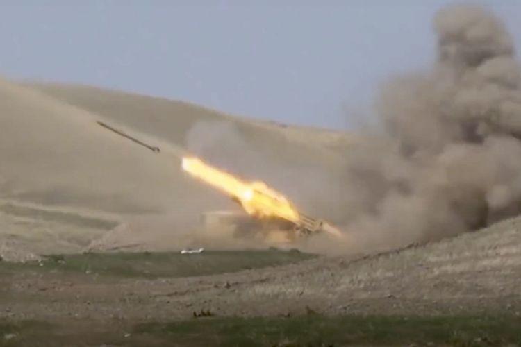 Foto yang dirilis Kementerian Pertahanan Azerbaijan pada Minggu (27/9/2020) menunjukkan militer Azerbaikan meluncurkan roket ke pasukan Armenia di Nagorny-Karabakh.